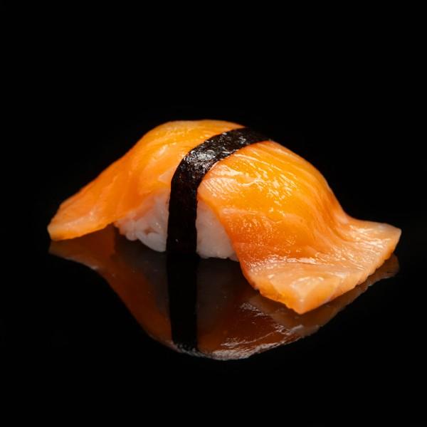 Нигири копченный лосось